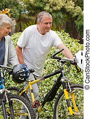 middelbare leeftijd , fietsen, paar te lopen, hun