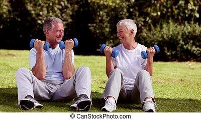 middelbare leeftijd , gras, paar, lift, sat