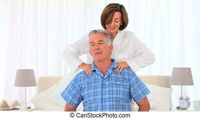 middelbare leeftijd , haar, echtgenoot, geven, masseren, vrouw