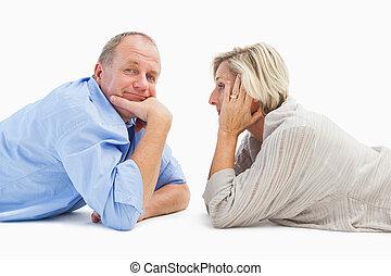 middelbare leeftijd , het glimlachen, paar, het liggen