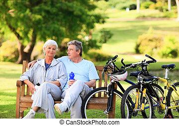 middelbare leeftijd , hun, paar, fietsen