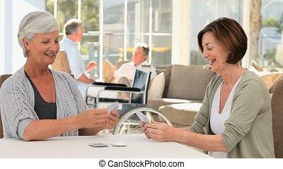 middelbare leeftijd , kaarten, hun, terwijl, echtgenoten, klesten, vrouwen, spelend