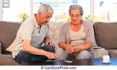 middelbare leeftijd , kaarten, spelend, paar