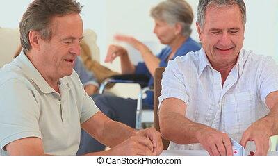 middelbare leeftijd , speelkaarten, vrienden