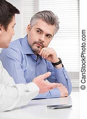 middelbare , zakelijk, oud, jonge, zittende , het luisteren, verticaal, man., serieuze , volwassene, collega