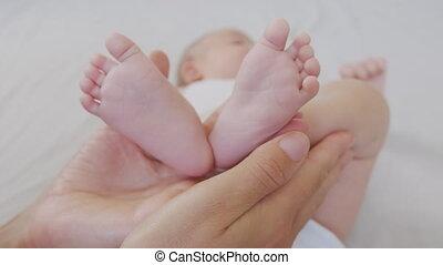 minuscuul, pasgeboren, voetjes, hands., baby, moeder, baby.