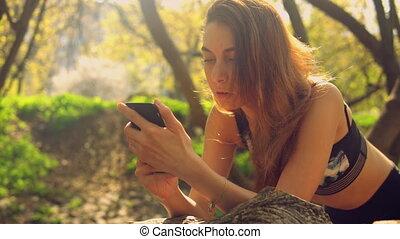 mobiele telefoon, gebruiken, dame, buitenshuis