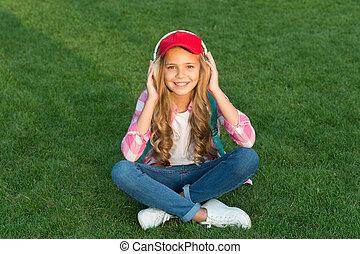 moderne, audio., outdoors., vrolijke , sounds., kind, technology., verzachtend, headphones., hifi, het luisteren, slijtage, luisteren, beurt, podcast., nieuwe baby, audio, muziek, weinig; niet zo(veel), verslappen, life.