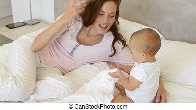moeder het spelen, baby dochter, haar