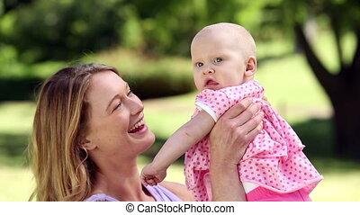 moeder het spelen, baby, vrolijke , haar