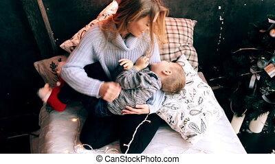 moeder het spelen, haar, zoon