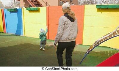 moeder, kinderen lopende