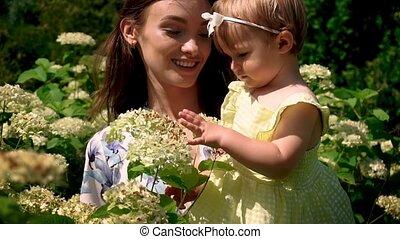 moeder, liitle, jonge, mooi, bloemen, baby meisje