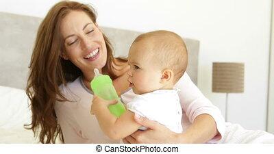 moeder, schouwend, baby, jonge, het glimlachen, haar