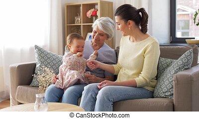 moeder, sofa, grootmoeder, thuis, dochter