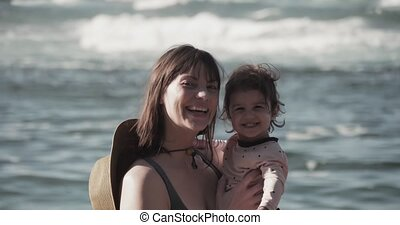 moeder, strand., zich, baby, het genieten van, meisje