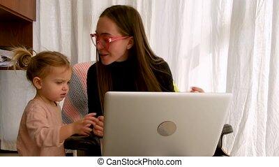 moeder, vrolijk, dochter, huis werken