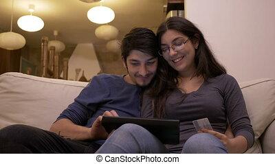 mooi, aanhankelijk, shoppen , tablet, gebruik, paar, jonge, samen, pc, online, thuis
