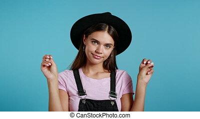 mooi, citaten, concept., vingers, handen, sarcasme, twee, zoals, gebaar, zeer, hipster, ironie, kromming, vrijstaand, achtergrond., meisje, op, gekke , blauwe , het tonen