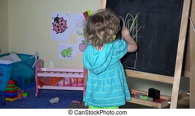 mooi en gracieus, chalkboard, thuis, meisje, toddler, tekening
