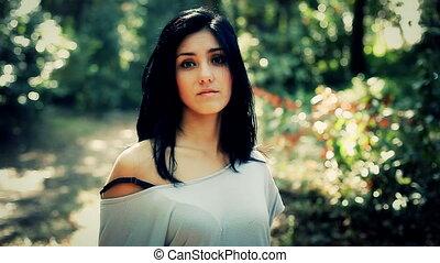 mooi, glimlachende vrouw, bos