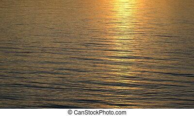 mooi, gouden zonsondergang, weerspiegelde, water.