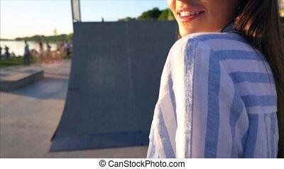 mooi, jonge, fototoestel, straat, het poseren, meisje, ondergaande zon