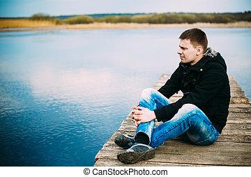 mooi, jonge, houten, zittende , man, pijler, denken, relaxen