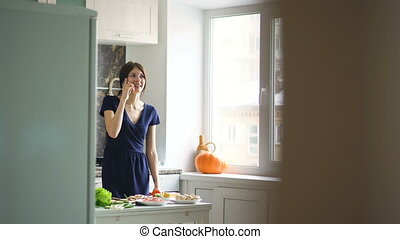 mooi, klesten, mobiele telefoon, terwijl, cook, thuis, het glimlachen meisje, keuken