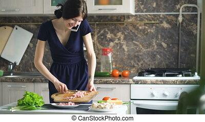 mooi, klesten, mobiele telefoon, terwijl, cook, thuis, het glimlachen, pizza, meisje, keuken