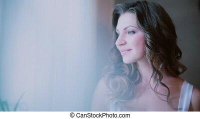 mooi, koffie, vrouw, cup., nakomeling kijkend, venster, slokje, aantrekkelijk, bedroom., verticaal, vervaardiging, drinkt, meisje