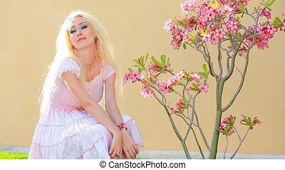 mooi, langharige, ruiken, meisje, bloemen, het glimlachen