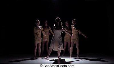 mooi, langzaam dansen, moderne, meiden, tijdgenoot, dans, motie, start, vijf, black , schaduw
