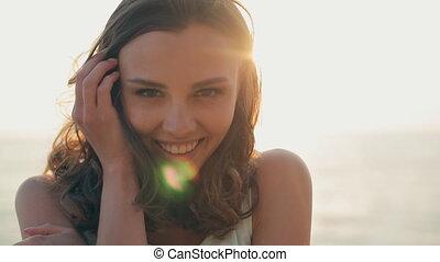 mooi, meisje, ondergaande zon , zee