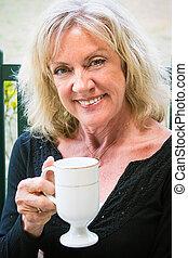 mooi, oude vrouw, koffie