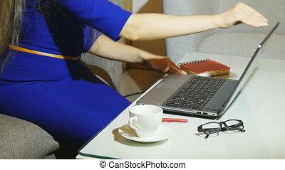 mooi, restaurant, seating, vrouw, haar, kop, draagbare computer, jonge, pc, terwijl, binnen, koffie, vasthouden, gebruik, koffiehuis