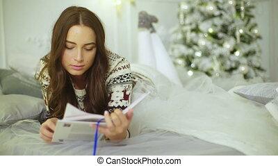 mooi, schattig, vrouw, room., bed, brunette, verfraaide, het boek van de lezing, het liggen