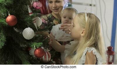 mooi, schattig, weinig; niet zo(veel), boompje, verfraait, langharige, blonde , meisje, jurkje, kerstmis
