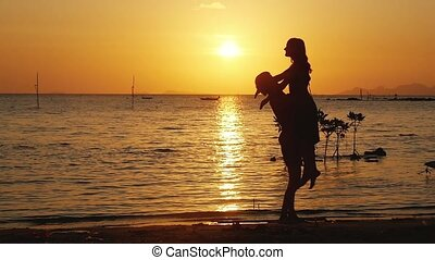 mooi, vertragen, vrouw, omhelzing, uitvoeren, ongeveer, anderen, paar, motion., jonge, samen, vacation., zijn, elke, plezier, sunset., spinnen, hebben, man