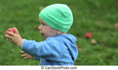 mooi, wandelende, appel, hoedje, trui, geitje, achtergrond, baby, gras, home., tuin, ongeveer