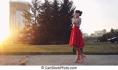 mooi, zakken, vrouw winkelen, kleurrijke, gebruik, jonge, slowmotion., smartphone, ondergaande zon , praatje, buitenshuis, gedurende, het glimlachen, 1920x1080