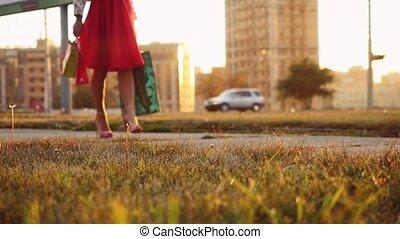 mooi, zakken, vrouw winkelen, zon, jonge, slowmotion., straat, door, gaat, gedurende, jurkje, ondergaande zon , 1920x1080