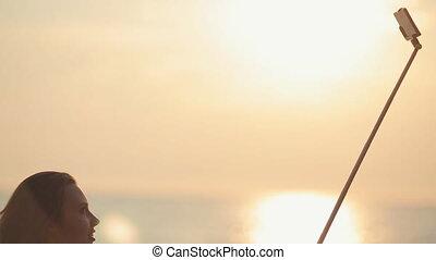 mooi, zee, selfie, telefoon, ondergaande zon , achtergrond, gebruik, meisje, maakt, monopod