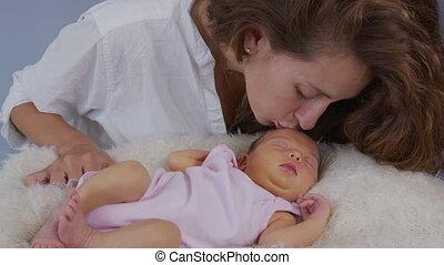 mooie baby, motion., baby., meisje, vrolijke , adoption., haar, parenthood., concept., vertragen, family., motherhood., hugging., kussende , nieuwe moeder, geboren, pasgeboren, vasthouden, moederschap
