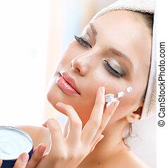 mooie vrouw, aan het dienen, jonge, moisturizing, gezichtsroom