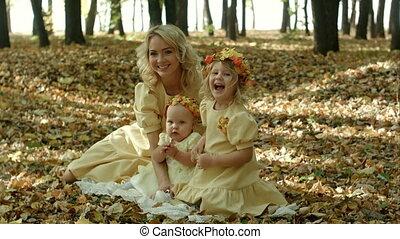 mooie vrouw, haar, zittende , bladeren, jonge, baby, esdoorn