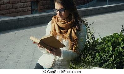 mooie vrouw, jonge, boek, brunette, lezende glazen