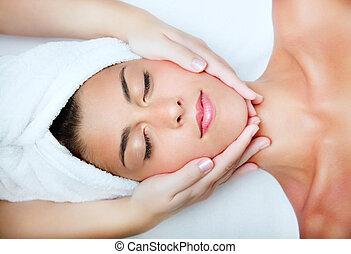 mooie vrouw, jonge, massage., gezichts, krijgen