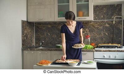 mooie vrouw, jonge, paddestoelen, cook, deeg, zetten, thuis, pizza, keuken