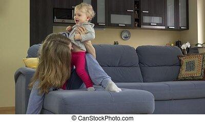 mooie vrouw, maag, zittende , sofa., kietelen, kind, toddle